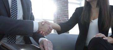 Бизнесмен тряся руки для того чтобы загерметизировать дело с его партнером Стоковая Фотография