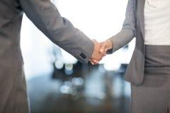Бизнесмен тряся руки с коммерсанткой Стоковое Изображение RF