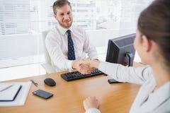 Бизнесмен тряся руки с коллегой Стоковое фото RF