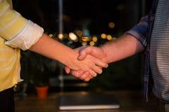 Бизнесмен тряся руки с коллегой Стоковое Фото