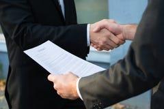 Бизнесмен тряся руки с партнером Стоковая Фотография