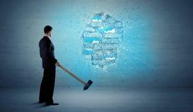 Бизнесмен ударяя кирпичную стену с огромным молотком Стоковые Изображения