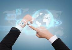 Бизнесмен указывая к виртуальному вахте на его руку Стоковые Фотографии RF