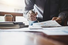 Бизнесмен указывая на диаграмму и диаграмму к пользе анализа для плана Стоковое фото RF