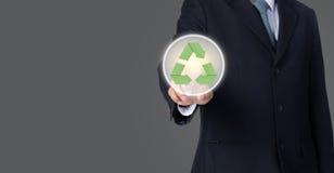 бизнесмен указывая на зеленый цвет рециркулирует символ с серым backgrou Стоковое фото RF