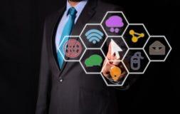 Бизнесмен указывая на предпосылку значков контакта виртуальную стоковое изображение