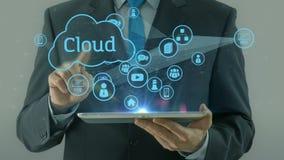 Бизнесмен указывая на пусковую площадку таблетки концепции средств массовой информации сети облака видеоматериал