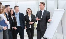 Бизнесмен указывая ручка на пустой доске для представления Стоковые Фотографии RF