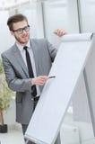 Бизнесмен указывая ручка на пустой доске для представления Стоковое фото RF