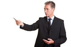 бизнесмен указывая старший Стоковая Фотография RF