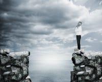Бизнесмен думая на крае скалы Стоковое Фото