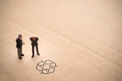 Бизнесмен думая около рециркулирует идею Стоковые Изображения