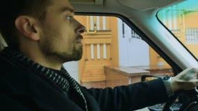 Бизнесмен управляет автомобилем видеоматериал
