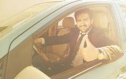 Бизнесмен управляя автомобилем Стоковая Фотография