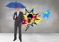 Бизнесмен усмехаясь на камере и держа голубой зонтик Стоковые Фотографии RF