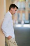 бизнесмен успешный Молодая склонность парня на стене на предпосылке улицы Лето путешествуя Европа Концепция датировка Стоковые Фотографии RF