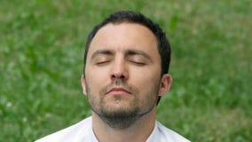 Бизнесмен человека размышляя outdoors в представлении лотоса стоковое фото rf