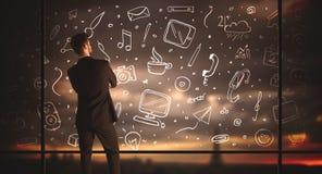 Бизнесмен чертежа с социальной предпосылкой значка средств массовой информации Стоковые Фото