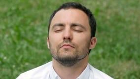 Бизнесмен человека размышляя outdoors в представлении лотоса сток-видео