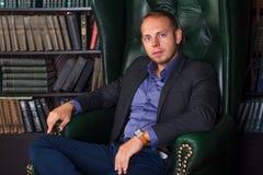 Бизнесмен человека, спокойного и уверенно сидя внутри Стоковая Фотография RF