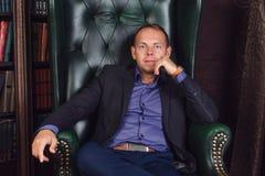 Бизнесмен человека, спокойного и уверенно сидя внутри Стоковое Изображение