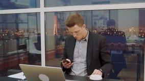 Бизнесмен читает важное сообщение на мобильном телефоне видеоматериал