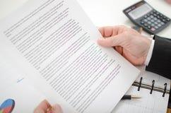 Бизнесмен читая документ Стоковое Изображение