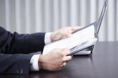 Бизнесмен читая документ Стоковая Фотография