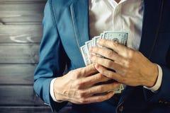 Бизнесмен, член или офицер кладут взятку в его карманн Стоковое фото RF
