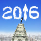 Бизнесмен шагает вверх по стрелке 2016 белизны лестниц денег вверх по облакам Стоковые Изображения