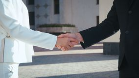 Бизнесмен Шакинг Руки со своим коллегой-бизнесменом, Бизнес-Люди Шакинг Руки Закрыли Люди пожимают руки акции видеоматериалы