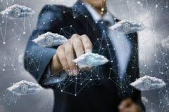Бизнесмен щелкает дальше безопасные данные по облака стоковые фото