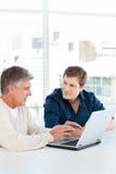 Бизнесмен 2 работая на их компьтер-книжке Стоковая Фотография