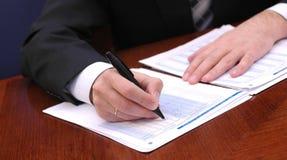 бизнесмен 4 финансовохозяйственный читает рапорт Стоковая Фотография RF