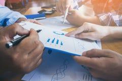 Бизнесмен leaderof команды указывает финансовые результаты Стоковая Фотография RF