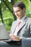 бизнесмен outdoors работая Стоковое фото RF