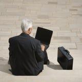 бизнесмен outdoors работая Стоковые Изображения RF