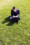 бизнесмен outdoors работая Стоковое Фото