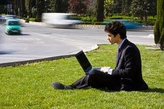 бизнесмен outdoors работая Стоковые Фото