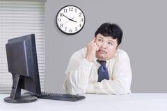 Бизнесмен Overrweight используя компьютер Стоковые Фотографии RF