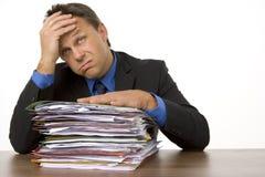 бизнесмен overwhelmed обработка документов Стоковая Фотография RF