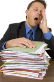 бизнесмен overwhelmed обработка документов Стоковое Изображение