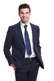 Бизнесмен smilling и держа его рука в карманн Стоковое Фото