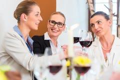 Бизнес-ланч в ресторане с едой и вином Стоковые Фото
