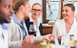 Бизнес-ланч в ресторане с едой и вином Стоковые Фотографии RF