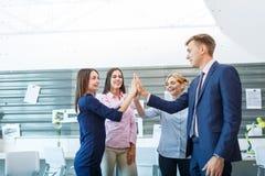 Бизнес-группа делает индивидуальные руки пока работающ в офисе стоковая фотография rf