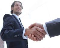 Бизнес-группа приветствует партнера с рукопожатием Стоковое Фото
