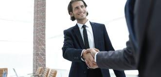 Бизнес-группа приветствует партнера с рукопожатием Стоковая Фотография