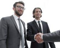 Бизнес-группа приветствует партнера с рукопожатием Стоковая Фотография RF