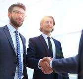Бизнес-группа приветствует партнера с рукопожатием Стоковые Изображения RF